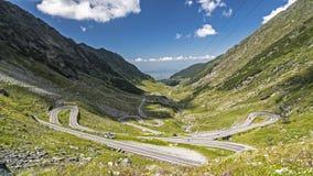 Estrada e linhas elétricas agradáveis em Montains Carpathian, Roumania imagens de stock royalty free