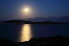 Estrada e mar Mediterrâneo do luar fotografia de stock royalty free