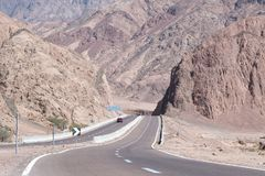 A estrada e a montanha ajardinam, Egito, Sinai sul Fotos de Stock Royalty Free
