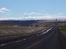Estrada e montanha de exploração agrícola foto de stock