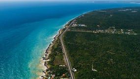 A estrada e o azul ocen Linha da costa fotografia de stock