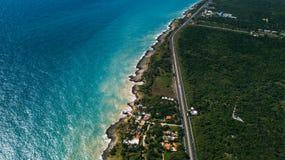 A estrada e o azul ocen Linha da costa fotografia de stock royalty free