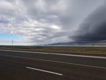 A estrada e o céu americanos imagens de stock