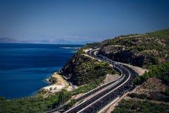 estrada e oceano curvy fotos de stock