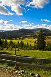 Estrada e paisagem da montanha no dia ensolarado do outono, montanha de Radocelo Imagem de Stock