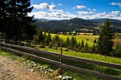 Estrada e paisagem da montanha no dia ensolarado do outono, montanha de Radocelo Fotografia de Stock Royalty Free