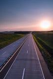 Estrada e por do sol do país Grande natureza da estrada clara ao redor Fotos de Stock Royalty Free