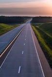 Estrada e por do sol do país Grande natureza da estrada clara ao redor Fotografia de Stock