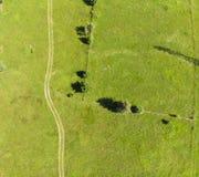 Estrada e prado verde Fotos de Stock Royalty Free