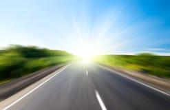 Estrada e sol do borrão Foto de Stock Royalty Free