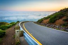 Estrada e vista da névoa sobre o San Francisco Bay fotos de stock