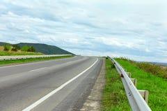 Estrada elevada da maneira que parte ao horizonte Fotos de Stock Royalty Free
