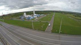 Estrada elevado com muitas pistas para o tráfego entre a paisagem vídeos de arquivo