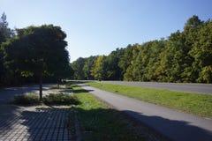 Estrada em Alemanha com um estacionamento Foto de Stock Royalty Free