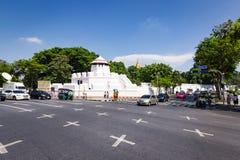 Estrada em Banguecoque com o forte de Phra Sumen no fundo Imagem de Stock