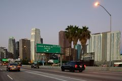 Estrada em Califórnia com skyline do la no fundo fotos de stock