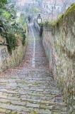 Estrada em declive na cidade medieval Fotografia de Stock