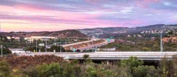 Estrada em Irvine, Califórnia, no por do sol Imagens de Stock