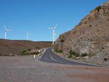 Estrada em Madeira com energias eólicas Fotos de Stock Royalty Free
