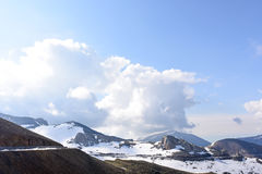 Estrada em montanhas da neve Foto de Stock Royalty Free