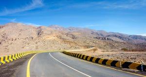 Estrada em montanhas de Al Hajar em Fujairah fotos de stock