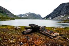 Estrada em Noruega com casa e a montanha coberto de neve Fotografia de Stock Royalty Free