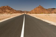 Estrada em Sahara Desert South Algeria, África Fotografia de Stock
