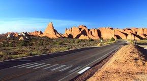 Estrada em um deserto do Sandstone imagens de stock royalty free