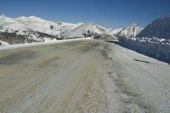 Estrada embalada neve da montanha Fotos de Stock Royalty Free