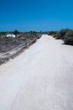 Estrada empoeirada branca e céu azul Fotografia de Stock