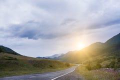 Estrada enevoada da paisagem cinemático da estrada Névoa Cruz-processada Estilo do vintage Filtro de Instagram Imagem de Stock
