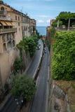 Estrada entre casas na cidade bonita de Sorrento, Itália fotos de stock