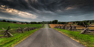 Estrada entre cercas do Separação-trilho Fotografia de Stock