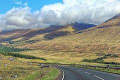 Estrada entre montanhas em Escócia Fotos de Stock Royalty Free