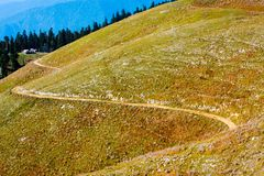 Estrada entre montes Fotos de Stock Royalty Free