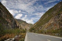 Estrada entre moutains Foto de Stock Royalty Free