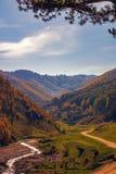 A estrada entre os montes do outono imagens de stock royalty free