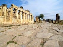 Estrada entre ruínas Foto de Stock
