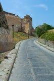 Estrada entre ruínas do castelo velho Fotos de Stock Royalty Free