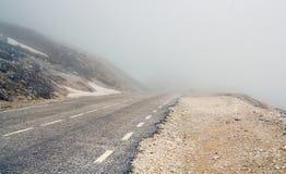 Estrada envolto em nevoeiro da montanha foto de stock