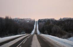 Estrada escorregadiço à montanha no inverno Fotografia de Stock