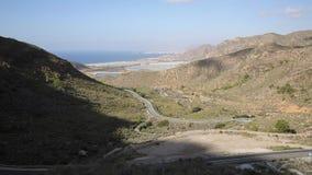 Estrada espanhola da costa entre Mazarron e Cartagena com vista litoral através das montanhas filme