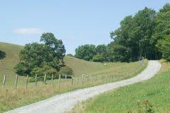 Estrada estreita através de um vale da montanha Imagens de Stock