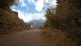 Estrada estreita que conduz às montanhas altas video estoque