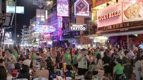 Estrada famosa de Khao San da rua dos mochileiros com lotes de barras, de cafés e de casas de hóspedes do orçamento filme