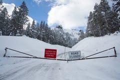 Estrada fechada para o controle da avalancha imagem de stock