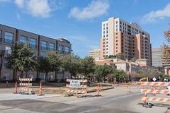 A estrada fechado assina dentro Irving do centro, Texas, EUA foto de stock royalty free