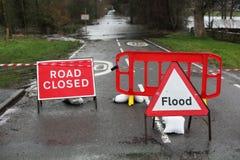 Estrada fechado e sinal da inundação Fotos de Stock