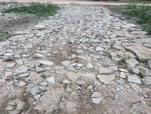 A estrada foi construída de concreto quebrado imagens de stock royalty free