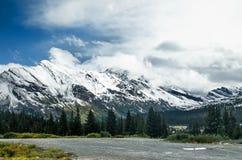 Estrada folheada da montanha da neve da via pública larga e urbanizada de Icefields Imagens de Stock Royalty Free